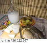 Графин с самогоном, картошка в мундире и сушеная рыба. Редакционное фото, фотограф Евгений Будюкин / Фотобанк Лори