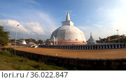 Вид на древнюю дагобу Ruwanwelisaya Stupa солнечным днем. Анурадхапура, Шри-Ланка (2020 год). Стоковое видео, видеограф Виктор Карасев / Фотобанк Лори