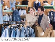 Couple is choosing jeans skirt for her. Стоковое фото, фотограф Яков Филимонов / Фотобанк Лори