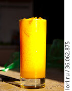 Бокал апельсинового сока со льдом. Стоковое фото, фотограф Андрей Атрощенко / Фотобанк Лори