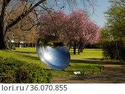 Skulpturengarten im Fruehling mit einem Kunstwerk aus poliertem Stahl... Стоковое фото, фотограф Zoonar.com/Stefan Ziese / age Fotostock / Фотобанк Лори