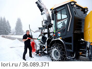 Der Fahrer der großen Schneeschleuder befreit die Technik vom festen... Стоковое фото, фотограф Zoonar.com/Joachim Hahne / age Fotostock / Фотобанк Лори