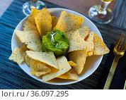 Mexican Guacamole sauce with chips nachos. Стоковое фото, фотограф Яков Филимонов / Фотобанк Лори