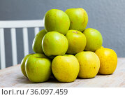 Many of ripe green apples on the wooden table. Стоковое фото, фотограф Яков Филимонов / Фотобанк Лори