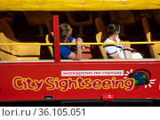 Tourists observe the sights of the during city sightseeing bus tour in the center of Moscow in the summer, Russia. Редакционное фото, фотограф Николай Винокуров / Фотобанк Лори