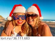 Happy women on the beach at Christmas. Christmas in Australia. Стоковое фото, фотограф Zoonar.com/Leah-Anne Thompson / easy Fotostock / Фотобанк Лори