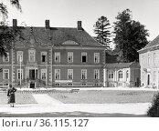 """Kluetz, GDR, Feierabendheim Clara Zetkin, former Bothmer Castle"" (1985 год). Редакционное фото, агентство Caro Photoagency / Фотобанк Лори"