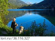 Angler am Bergsee Lac de Champex, Champex-Lac, Wallis, Schweiz / ... Стоковое фото, фотограф Zoonar.com/A_Georg / age Fotostock / Фотобанк Лори