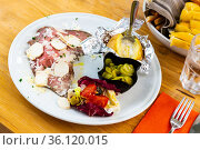 Traditional British roast beef served with potato baked in foil and accompaniments of fresh and pickled vegetables. Стоковое фото, фотограф Яков Филимонов / Фотобанк Лори