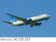"""Самолет Boeing 737-800 (VP-BFB) авиакомпании """"Победа"""" в голубом безоблачном небе. Редакционное фото, фотограф Виктор Карасев / Фотобанк Лори"""