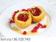 Печеные яблоки с медом,грецкими орехами , смородиной на белом фоне. Стоковое фото, фотограф Марина Володько / Фотобанк Лори