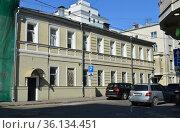 Двухэтажный особняк построен в 1917 году. Лялин переулок,16. Басманный район. Город Москва (2019 год). Редакционное фото, фотограф lana1501 / Фотобанк Лори
