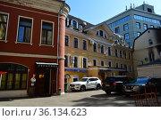 Трехэтажный кирпичный нежилой дом. Построен в 1860 году. Лялин переулок, 3, строение 4. Басманный район. Город Москва (2019 год). Редакционное фото, фотограф lana1501 / Фотобанк Лори