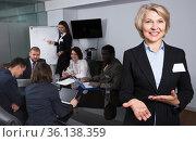 Woman with team in boardroom. Стоковое фото, фотограф Яков Филимонов / Фотобанк Лори