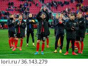 Die Freiburger Spieler bedanken sich nach dem Abpfiff bei den mitgereisten... Стоковое фото, фотограф Zoonar.com/Joachim Hahne / age Fotostock / Фотобанк Лори