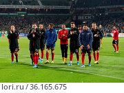 Strahlende Freiburger Reisegesellschaft: Die Spieler bedanken sich... Стоковое фото, фотограф Zoonar.com/Joachim Hahne / age Fotostock / Фотобанк Лори