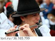 Südtiroler Musikerin spielt beim Umzug auf Ihrer Querflöte beim Traubenfest... Стоковое фото, фотограф Zoonar.com/Joachim Hahne / age Fotostock / Фотобанк Лори