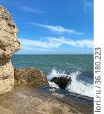 Морская волна набегает на прибрежный валун. Стоковое фото, фотограф Мария Кылосова / Фотобанк Лори