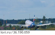 Touching the plane while landing. Редакционное видео, видеограф Игорь Жоров / Фотобанк Лори