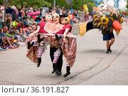 Cleveland, Ohio, USA - June 9, 2018 a young woman carries a trio ... Стоковое фото, фотограф Zoonar.com/Roberto Galan / age Fotostock / Фотобанк Лори