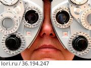 Frau beim Augenarzt. Стоковое фото, фотограф Zoonar.com/Rüdiger Rebmann / easy Fotostock / Фотобанк Лори
