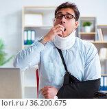 Businessman with broken arm working in office. Стоковое фото, фотограф Elnur / Фотобанк Лори