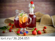 refreshing cool strawberry lemonade with lemon, ice and mint in a glass. Стоковое фото, фотограф Peredniankina / Фотобанк Лори