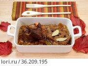 Gegarter Rinderbraten mit Sosse in einer Auflaufform. Стоковое фото, фотограф Zoonar.com/Birgit Reitz-Hofmann / easy Fotostock / Фотобанк Лори