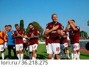 Die Nuernberger Spieler bedanken sich nach dem 2:1 Sieg gegen den... Стоковое фото, фотограф Zoonar.com/Joachim Hahne / age Fotostock / Фотобанк Лори