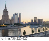 "Summer evening on the Moskva River near the hotel ""Ukraine"" Редакционное фото, фотограф Сайганов Александр / Фотобанк Лори"