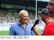 Ein gut gelaunter Trainer Volker Finke (SC Freiburg) beim Interview... Стоковое фото, фотограф Zoonar.com/Joachim Hahne / age Fotostock / Фотобанк Лори