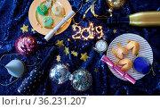 Bunte Deko mit Glueckskeksen und Sekt fuer eine Silvester / Neujahr... Стоковое фото, фотограф Zoonar.com/Barbara Neveu / easy Fotostock / Фотобанк Лори