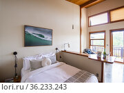 Bedroom in a bed and breakfast house in Ucluelet, BC, Canada. Стоковое фото, фотограф Douglas Williams / age Fotostock / Фотобанк Лори