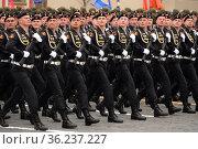 Морские пехотинцы 61-я отдельной Киркенесской Краснознамённой бригады морской пехоты береговых войск Северного флота во время парада на Красной площади Москвы в честь Дня Победы. Редакционное фото, фотограф Free Wind / Фотобанк Лори