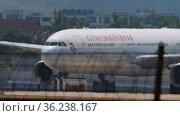 Passenger plane at Phuket Airport (2017 год). Редакционное видео, видеограф Игорь Жоров / Фотобанк Лори