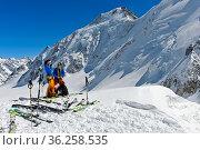 Tourenskifahrer an der Lötschenlücke, dahinter Aletschhorn, UNESCO... Стоковое фото, фотограф Zoonar.com/Georg / age Fotostock / Фотобанк Лори