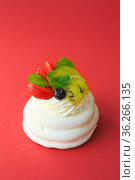 Mini Pavlova Cake meringue dessert with crisp crust and soft inside. Meringue dessert Pavlova cake with fresh strawberries. Summer dessert. French cake. Confectionery. Стоковое фото, фотограф Nataliia Zhekova / Фотобанк Лори