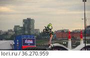 Motorcyclists fly from springboards. (2019 год). Редакционное видео, видеограф Игорь Жоров / Фотобанк Лори