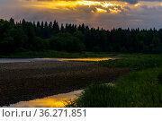 Summer sunset over the north riverwith wooded banks. Стоковое фото, фотограф Евгений Харитонов / Фотобанк Лори