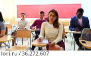 Woman in group of students in a university audience. Стоковое видео, видеограф Яков Филимонов / Фотобанк Лори