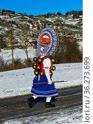 Schöner Klaus mit kunstvoll verzierter Haube bringt Neujahrsgrüsse... Стоковое фото, фотограф Zoonar.com/Georg / age Fotostock / Фотобанк Лори