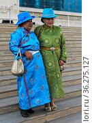 Zwei ältere Damen in Festtagskleidung und blauen Hüten in Pose am... Стоковое фото, фотограф Zoonar.com/Pant / age Fotostock / Фотобанк Лори