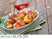 Pikante Käse-Drillinge mit Südtiroler Bauernspeck, Rosmarin und Chilischeiben... Стоковое фото, фотограф Zoonar.com/Karl Allgäuer / easy Fotostock / Фотобанк Лори