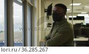 Portrait of african american creative businessman wearing face mask. Стоковое видео, агентство Wavebreak Media / Фотобанк Лори