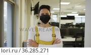 Portrait of caucasian creative businesswoman wearing face mask looking at camera. Стоковое видео, агентство Wavebreak Media / Фотобанк Лори