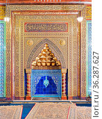 Golden ornate arched mihrab (niche) with floral pattern, blue Turkish... Стоковое фото, фотограф Zoonar.com/Khaled ElAdawy / easy Fotostock / Фотобанк Лори