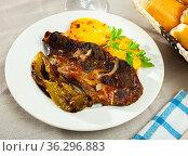 Appetizing beef steak with potatoes and stewed peppers. Стоковое фото, фотограф Яков Филимонов / Фотобанк Лори