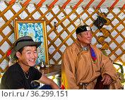Bei mongolischen Hirten, Vater und Sohn in einer Jurte, Region Erdenet... Стоковое фото, фотограф Zoonar.com/Georg / age Fotostock / Фотобанк Лори