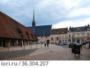 Бон, Франция. Вид площади Halle в историческом центре (2017 год). Редакционное фото, фотограф Rokhin Valery / Фотобанк Лори