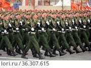 Военнослужащие 45-й отдельной Берлинской гвардейской инженерной бригады во время парада на Красной площади Москвы в честь Дня Победы. Редакционное фото, фотограф Free Wind / Фотобанк Лори